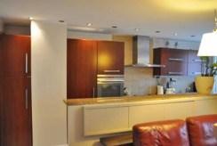 komfortowo urządzona kuchnia w apartamencie do sprzedaży w okolicach Katowic