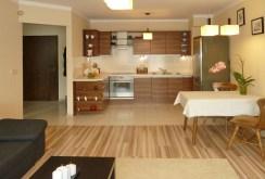 zdjęcie prezentuje aneks kuchenny w ekskluzywnym apartamencie do sprzedaży w Olsztynie