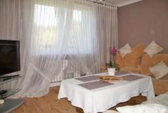 zdjęcie prezentuje salon w ekskluzywnej willi do wynajęcia w Słupsku