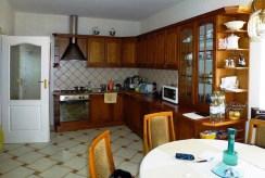 widok na komfortowo urządzoną i umeblowaną kuchnię w willi w Tarnowie na wynajem