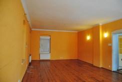 zdjęcie prezentuje pomieszczenie przygotowane pod luksusowy salon w willi w Zgorzelcu na sprzedaż