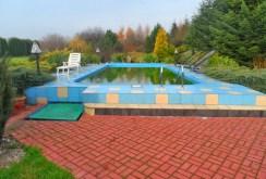 widok na basen znajdujący się przy ekskluzywnej willi w okolicy Łodzi na sprzedaż