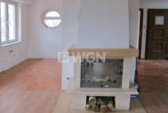 zdjęcie prezentuje zbliżenie na kominek w salonie ekskluzywnej willi do wynajęcia w okolicy Wrocławia