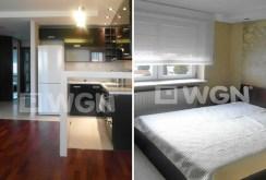 po lewej aneks kuchenny po prawej ekskluzywna sypialnia w apartamencie do sprzedaży w Białymstoku