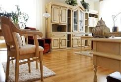 zdjęcie prezentuje elegancko urządzony salon w apartamencie do sprzedaży w Białymstoku