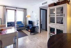 zdjęcie prezentuje komfortowy salon w apartamencie w Hiszpanii na sprzedaż