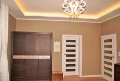 fragment przedpokoju z estetycznym oświetleniem w luksusowym apartamencie w Inowrocławiu na sprzedaż