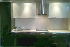 zdjęcie pokazuje ekskluzywnie urządzoną i umeblowaną kuchnię w apartamencie do sprzedaży w Kaliszu