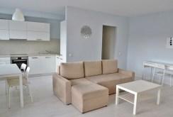 widok z innej perspektywy na salon w ekskluzywnym apartamencie do sprzedaży w Szczecinie