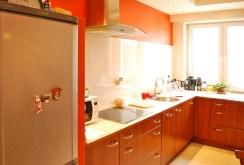 na zdjęciu kuchnia w apartamencie na sprzedaż w Warszawie