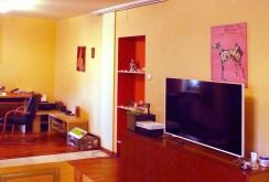 widok z innej perspektywy na salon w apartamencie w Warszawie do sprzedaży