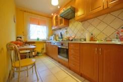 zdjęcie prezentuje komfortową kuchnię w apartamencie w okolicy Legnicy do sprzedaży