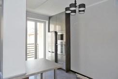 zdjęcie prezentuje kuchnię w luksusowym apartamencie na Mazurach do sprzedaży