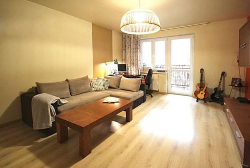 na zdjęciu luksusowy salon w apartamencie do sprzedaży w Szczecinie
