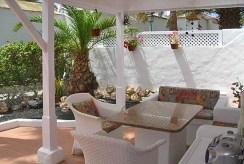 na zdjęciu piękny taras przy apartamencie w Hiszpanii na sprzedaż