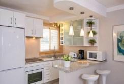 zdjęcie przedstawia komfortową kuchnię w apartamencie do sprzedaży w Hiszpanii
