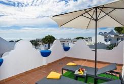 na zdjęciu piękny widokowy taras przy apartamencie w Hiszpanii do sprzedaży