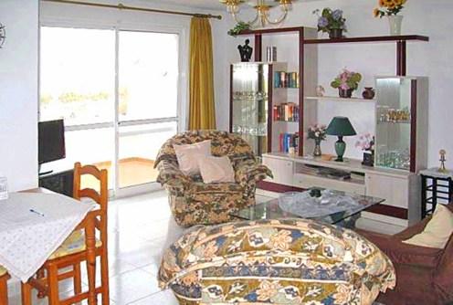 zdjęcie prezentuje komfortowe wnętrze apartamentu do sprzedaży w Hiszpanii