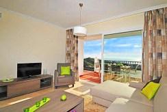 widok z innej perspektywy na luksusowy salon w ekskluzywnym apartamencie do sprzedaży w Hiszpanii