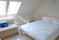 zdjęcie prezentuje komfortową sypialnię w apartamencie do sprzedaży w Hiszpanii