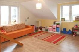 zdjęcie prezentuje pokój dziecięcy w ekskluzywnej willi do wynajmu w Szczecinie