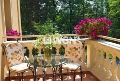 zdjęcie prezentuje pięknie utrzymany taras przy luksusowym pałacu do sprzedaży w województwie śląskim