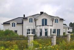 widok od strony ogrodu na ekskluzywną rezydencję do sprzedaży w Gnieźnie