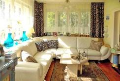 zdjęcie prezentuje komfortowy salon w willi na Mazurach na sprzedaż