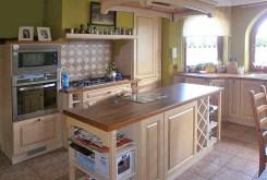 zdjęcie prezentuje komfortowo wyposażoną kuchnię w willi do sprzedaży w Częstochowie