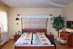 na zdjęciu sypialnia w willi na sprzedaż w Częstochowie