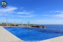 widok na basen przy luksusowej willi w Hiszpanii do sprzedaży