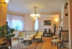zdjęcie przedstawia salon w luksusowej willi do sprzedaży w okolicach Warszawy