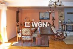 zdjęcie prezentuje stylowy kominek w salonie willi na sprzedaż w okolicy Bielska-Białej