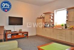 zdjęcie prezentuje jedno z komfortowo urządzonych pokoi w luksusowej willi na sprzedaż w okolicach Bolesławca