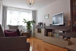 na zdjęciu komfortowy salon w luksusowym apartamencie w Legnicy na sprzedaż