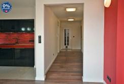 zdjęcie pokazuje przedpokój z nowoczesnym oświetleniem w apartamencie w Radomiu na sprzedaż