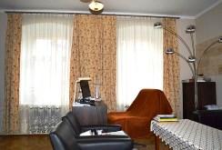 widok z innej perspektywy na salon w ekskluzywnym apartamencie do sprzedaży w okolicy Wałbrzycha