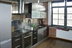 na zdjęciu komfortowo urządzona kuchnia w apartamencie w okolicach Warszawy na sprzedaż