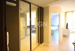 przedpokój i wejścia do poszczególnych pokoi w luksusowym apartamencie do wynajęcia w Szczecinie