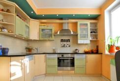 komfortowo i nowocześnie umeblowana kuchnia w apartamencie w Olsztynie na sprzedaż