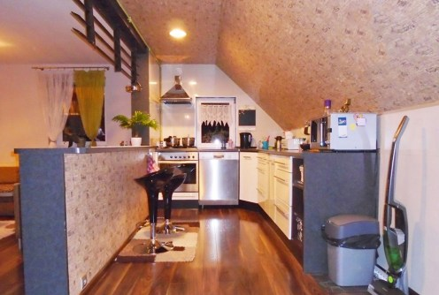 widok z salonu na kuchnię w luksusowym apartamencie na sprzedaż w okolicach Legnicy