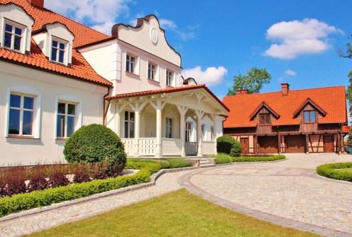 zdjęcie przedstawia luksusowy dwór do sprzedaży na Mazurach