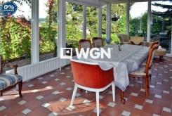 widok na przeszklony taras przy luksusowej rezydencji w Lwówku Śląskim na sprzedaż