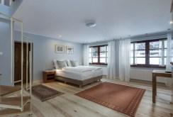 zdjęcie przedstawia ekskluzywną sypialnię w luksusowej willi na sprzedaż w Karpaczu