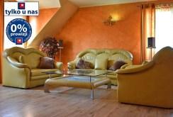 zdjęcie prezentuje komfortowy salon w willi na sprzedaż w Legnicy