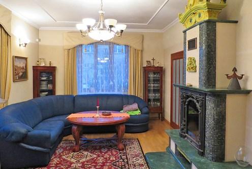 zdjęcie przedstawia salon z kominkiem w ekskluzywnej willi do sprzedaży w Suwałkach