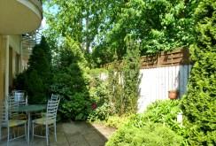 na zdjęciu taras oraz ogród w ekskluzywnej willi w Warszawie na sprzedaż