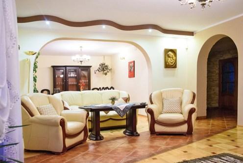 na zdjęciu komfortowy salon w luksusowej willi do sprzedaży w okolicach Częstochowy