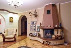 zbliżenie na stylowy kominek w salonie luksusowej willi na sprzedaż w okolicach Częstochowy