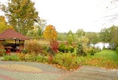 na zdjęciu zagospodarowana działka w pięknej okolicy przy willi na sprzedaż w okolicach Suwałk